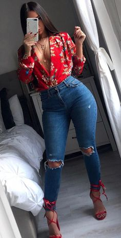 Popular Spring Outfits To Update Your Wardrobe woman holding iPhone standing beside bed. Fall Fashion Outfits, Swag Outfits, Cute Casual Outfits, Mode Outfits, Look Fashion, Stylish Outfits, Spring Outfits, Girl Outfits, Womens Fashion