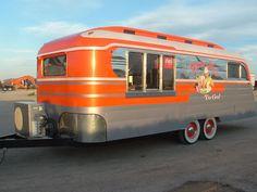 Retro camper converted into a food trailer. Old Campers, Vintage Campers Trailers, Retro Campers, Airstream Trailers, Vintage Caravans, Retro Rv, Tiny Trailers, Retro Baby, Camping Checklist