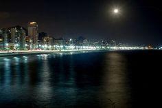 Noite de sexta-feira no Rio.  Tenham um ótimo fim de semana!   Foto: Pedro Kirilos / Agência O Globo