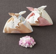 furoshiki - Japanese Packaging - another great packaging idea for the Japanese candy Konpeito. Japanese Gifts, Japanese Candy, Japanese Sweets, Candy Packaging, Pretty Packaging, Packaging Design, Japanese Packaging, Japanese Design, Wraps