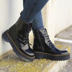 00b38a325 Botas para mujer en color negro. Características con cordones