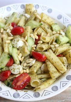 Pastasalade met tomaat, mozzarella en komkommer in 2019 Best Pasta Salad, Easy Pasta Salad Recipe, Pasta Salad Italian, Easy Salad Recipes, Spicy Recipes, Vegetarian Recipes, Healthy Recipes, Mozzarella, Lunch Restaurants