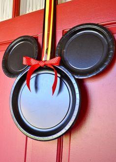 Decoración de puerta con plstos negros y moño para fiesta Minnie. #FiestaMinnie