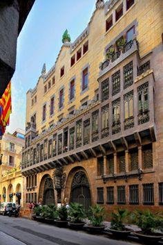 Palau Güell, primera gran obra de Antoni Gaudí (1885-1889), en el carrer Nou de la Rambla 3. Barcelona