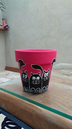Katzen Fun succulent pots by Cida Sales Arte Designer. Clay Flower Pots, Flower Pot Crafts, Clay Pot Crafts, Cat Crafts, Garden Crafts, Clay Pots, Painted Plant Pots, Painted Flower Pots, Pots D'argile