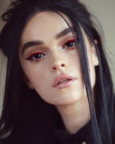 red eyeliner on dark eyes Makeup Goals, Makeup Inspo, Makeup Inspiration, Rot Eyeliner, Color Eyeliner, Eyeliner Ideas, Blue Eyeliner, Eyeliner Styles, Eyeliner Designs