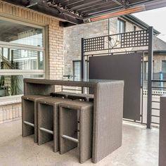 Un patio vaste et léger - Je Jardine Pergola, Deck, Outdoor Structures, Style, Courtyards, Terrace Design, Black Banister, Cedar Deck, Window Boxes