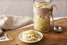 Δεν χρειάζεσαι πολύ περισσότερα από λάχανο και αλάτι για να έχεις πάντα στο σπίτι σου αυτό το νόστιμο συνοδευτικό. Fermented Sauerkraut, Homemade Sauerkraut, Sauerkraut Recipes, Primal Recipes, Real Food Recipes, Cooking Recipes, Yummy Food, Healthy Recipes, Probiotic Foods