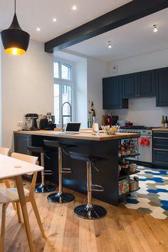Charme de l'ancien et graphisme contemporain dans la cuisine-salle à manger