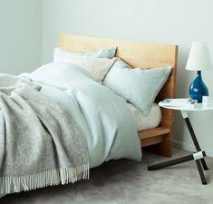 ポイントは色と素材!5つの空間別アレンジ|おうちがもっと好きになるシンプルインテリア術#1|読み物-日々をここちよく-|化粧品・スキンケア・基礎化粧品の通販|オルビス公式オンラインショップ Interior And Exterior, Blanket, Furniture, Home Decor, Homemade Home Decor, Blankets, Home Furnishings, Carpet, Decoration Home