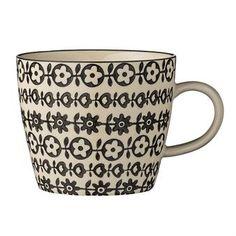 Diese blumig-schöne Tasse ist Teil der Julie Kollektion von Bloomingville. Das stark dekorative Muster garantiert einen lebendigen, gedeckten Tisch - die Julie Kollektion vereint Tassen, Schalen und Teller, die je individuelle Musterungen haben, jedoch in Kombination miteinander erst besonders zur Geltung kommen.