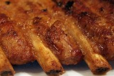Receta de Costillas de cerdo a la barbacoa 500 gr. de costillas de cerdo 5 cucharadas de salsa de tomate frito 5 cucharadas de ketchup, 2 cucharadas de salsa barbacoa, 1 cucharadita de tabasco, 1 cucharadita de bovril, 100 ml. de caldo de pollo, Aceite de oliva, Pimienta negra molida,1 diente de ajo, Sal mezclamos todo, y en un taper dejamos macerar la carne por espacio de 5 horas.
