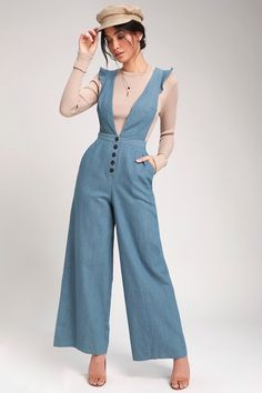 Wear the LUSH Cedella Light Wash Denim Wide-Leg Overalls on a seaside excursion for a sweet retro look! Lightweight denim overalls with a deep V-neck design. Classy Outfits, Vintage Outfits, Casual Outfits, Vintage Fashion, Vintage Style, 1930s Fashion, Vintage Wear, Vintage Overall, Overalls Vintage