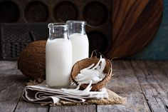 Homemade raw coconut milk recipe with video that is a great dairy free option. You can even make it in big batches and freeze for later use! Best Coconut Milk, Coconut Milk For Hair, Coconut Oil Hair Growth, Coconut Milk Recipes, Coconut Oil Uses, Coconut Water, Raw Coconut, Shredded Coconut, Coconut Oil Hair Treatment