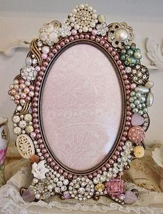 Shabby Chic MAYBE USE GREAT GRANDMA'S OLD JEWELRY. Gorgeous picture frame with vintage jewelry.wouldn't this be pretty to do on a pot too? Yes I did similar in gold and blue to my Grandmother's mirror. Vintage Jewelry Crafts, Old Jewelry, Jewelry Art, Jewelry Making, Jewelry Mirror, Antique Jewellery, Jewelry Ideas, Jewelry Necklaces, Shabby Chic Français