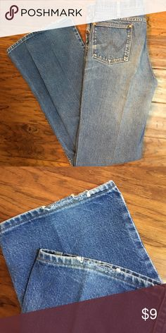 Wrangler Blue Jeans Wrangler blue jeans. These jeans are in very good condition but the bottom cuffs have some wear, see pic.  Size 35 x 36. (B) Wrangler Jeans Straight