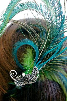 peacock for bridesmaid Peacock Hair, Feather Hair, Shades Of Teal, Peacock Wedding, Feathered Hairstyles, Bridal Headpieces, Moncler, Hair Jewelry, Wedding Inspiration