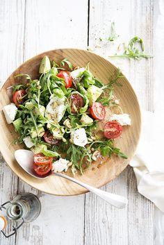 Salade van mozzarella, kerstomaatjes en avocado plus parmezaan