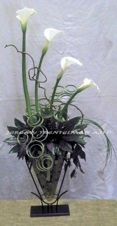 Art glass vase put brown Calla Lilies Ikebana Flower Arrangement, Beautiful Flower Arrangements, Floral Arrangements, Beautiful Flowers, Art Floral, Deco Floral, Flower Show, Flower Art, Corporate Flowers
