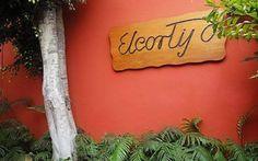 2013 - 10 de Julio: El regreso de El Cortijo, un restaurante que sabe a nostalgia - Desde 1957 El Cortijo conquistó a los limeños a punta de sabor. En el restaurante surcano no solo se disfrutaban carnes, parrillas y célebres pollos a la brasa. También se cocinaban historias, amores, jolgorios y recuerdos. En 1998 cerró sus puertas tras vender el lugar en el que se enclavó. Prometió volver en pocos meses. La espera duró finalmente 14 años. Hoy vuelve renovado, pero conservando su esencia.