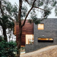<p>This family home located near Ballarat in Australia sits on a slope and is surrounded by lush nature. With living spaces on the ground floor engaging directly with the outdoor and landscape spaces,