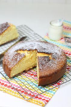 L'aggiunta dello yogurt all'impasto rende la torta soffice e morbida e, per accentuarne il sapore l'aggiunta della scorza grattugiata del limone è l'ideale.