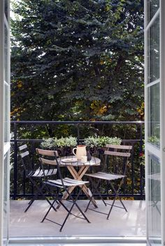 graceful patios, balconies and verandas: the most inspiring, seriously small . - Balkon Design -Perfectly graceful patios, balconies and verandas: the most inspiring, seriously small . Small Outdoor Spaces, Small Patio, Small Spaces, Tiny Balcony, Balcony Deck, Balcony Gardening, Paris Balcony, Balcony Chairs, Small Balconies