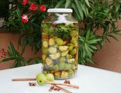 Für den Nuss-Schnaps die grünen Nüsse (bis Ende Juli ernten) halbieren oder vierteln und mit den anderen Zutaten und dem Ansatzkorn in ein großes