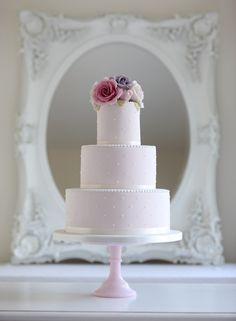 Torta de bodas decorada con rosas de diferentes tonalidades de rosa, cintas y perlas. #TortasDeBodas