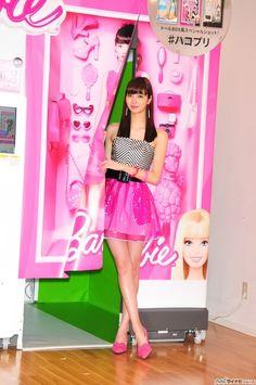 拡大画像 013l | 新川優愛、バービー風衣装で美脚披露「大胆にピンクにしてみました!」 | マイナビニュース