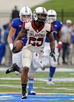 Oklahoma's Joe Mixon (25) takes off after a catch for a touchdown during a college football game between the University of Oklahoma Sooners (OU) and the Kansas Jayhawks at Memorial Stadium in Lawrence, Kansas, on Saturday, Oct. 31, 2015. Photo by Steve Sisney, The Oklahoman