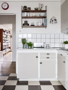 Color Ideas For Kitchen Walls is extremely important for your home. Whether you pick the Kitchen Color Ideas For Walls or Decor Top Of Kitchen Cabinets, you will make the best Color Ideas For Kitchen Walls for your own life. Home Interior, Kitchen Interior, Interior Design Living Room, Interior Decorating, 50s Kitchen, Kitchen Dining, Kitchen Decor, Kitchen Walls, Kitchen Cabinets