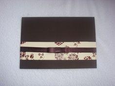 Convite em papel marrom texturizado,com faixa em papel estampado em flores, com fita de cetim para decorar. R$ 3,50