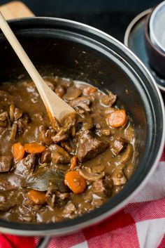 Hoofdgerecht: Hertenstoof met rode wijn - OhMyFoodness Xmas Dinner, Pasta, Pot Roast, Food Inspiration, Slow Cooker, Foodies, Curry, Good Food, Food And Drink