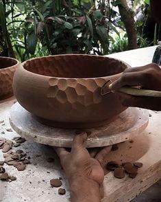 Ceramic pottery carving , keramik schnitzen , sculpture de poterie en c. Pottery Bowls, Ceramic Bowls, Ceramic Pottery, Pottery Art, Pottery Wheel, Ceramic Pinch Pots, Pottery Sculpture, Ceramic Tableware, Ceramic Teapots