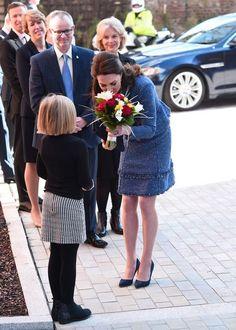 Kate Middleton Photos Photos  Catherine la Duchesse de Cambridge reçoit des fleurs