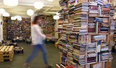 Madrid está llena de estas librerías, auténticos oasis literarios donde por el precio de un libro nuevo puedes comprar comprar diez ejemplares de segundo uso. A todos nos gusta leer, y a qui…