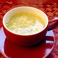 かき卵失敗では無く敢えてのぐちゃぐちゃですよパルメザンチーズの入ったイタリアの卵スープで、ストラッチャテッラとは《ぼろきれ》の意味?!溶き卵が布切れのように見えるところから、名前が付けられたそうです確かに泡立て器にくっ付いた卵はぼろ切れだった❗ おもにマルケ地方(イタリア中部)の伝統料理として知られていますが、イタリア各地で同じようなスープがあり胃腸の弱った時や妊婦さんやお年寄り、赤ちゃんによく飲まれる体に優しいスープだそうです。 パン粉が入らないので、ローマ風Stracciatella alla Romana、ほうれん草も入れてみました和イタリアンにはもってこいのス〜プ - 43件のもぐもぐ - Stracciatellaストラッチャテッラ(ほうれんそうと卵のローマ風スープ) by Ami