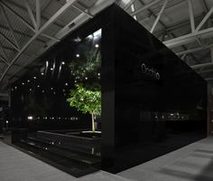 Martin et Karczinski: Design #black #sleek #exhibitbooth