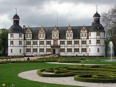 Gartenseite von Schloss Neuhaus in Paderborn, Deutschland