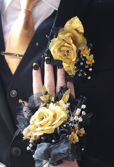 Top 30 Prom Corsage and Boutonniere Set Ideas for 2020 - Page 2 of 2 - Show Me Your Dress Black Corsage, Gold Corsage, Prom Corsage And Boutonniere, Groom Boutonniere, Wrist Corsage, Crosage Prom, Prom Dance, Prom Hair, Prom Updo