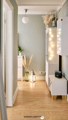 Mit unseren drei Ideen für eine schöne Lichterketten-Deko zauberst Du unkompliziert und schnell eine stimmungsvolle Beleuchtung. Divider, Furniture, Home Decor, Picture Ledge, Scandinavian, Minimalism, Minimalist, Decorating Ideas, Lighting