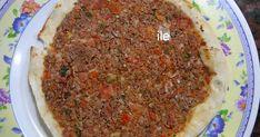 """Lehmeyún, empanada abierta o pizza de carne armenia.   Que ricas que son!!     Esta receta la saqué de un libro que tengo en casa de """"L... Carne Picada, Calzone, Armenia, Empanadas, Meatloaf, Pizza, Beef, Food, Home"""