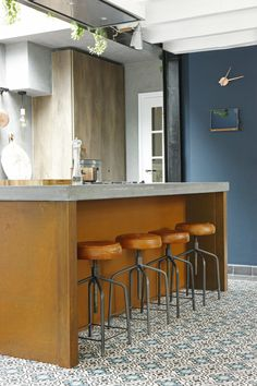 Keuken van geroest staal, beton en gerookt eikenhout. Stoere keuken met keukeneiland in landelijke sfeer. Jacob Interior keuken Maarn