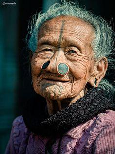 Le foto delle ultime donne della tribù Apatani con il naso deturpato