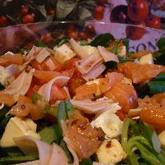 Espinacas baby con pavo braseado, salmón, queso fresco y vinagreta de mostaza a la antigua