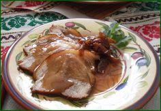 Din ciolanul de porc se pot pregati retete variate ce pot face ca masa de sarbatori si nu numai sa devina un adevarat festin Poti face ciolan afumat si atunci il poti folosi la fasole cu ciolan afumat, il poti condimenta si introduce la cuptor cu vin si ceapa rosie si atunci obtii un delicios