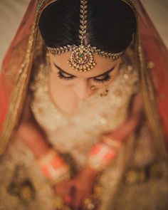 This time we are here with some new and stylish mathapatti ideas which will definitely turn your whole bridal look. Maang Tikka Design, Tikka Designs, Hair Designs, Bridal Makeup Looks, Bridal Looks, Bridal Style, South Indian Bride, Indian Bridal, Bridal Hair Accessories
