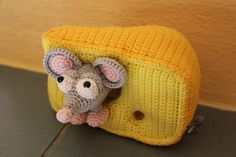 süsse Maus mit ihrem lieblings Käse <3 Crocheted Animals, Pet Toys, Rid, Beanie, Facebook, Hats, Shop, Handmade, Cute Mouse
