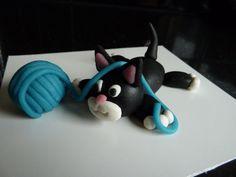 Cute cat (Debbie Brown). How to: https://picasaweb.google.com/culinariacopia/50EasyPartyCakes#5110964380161195970